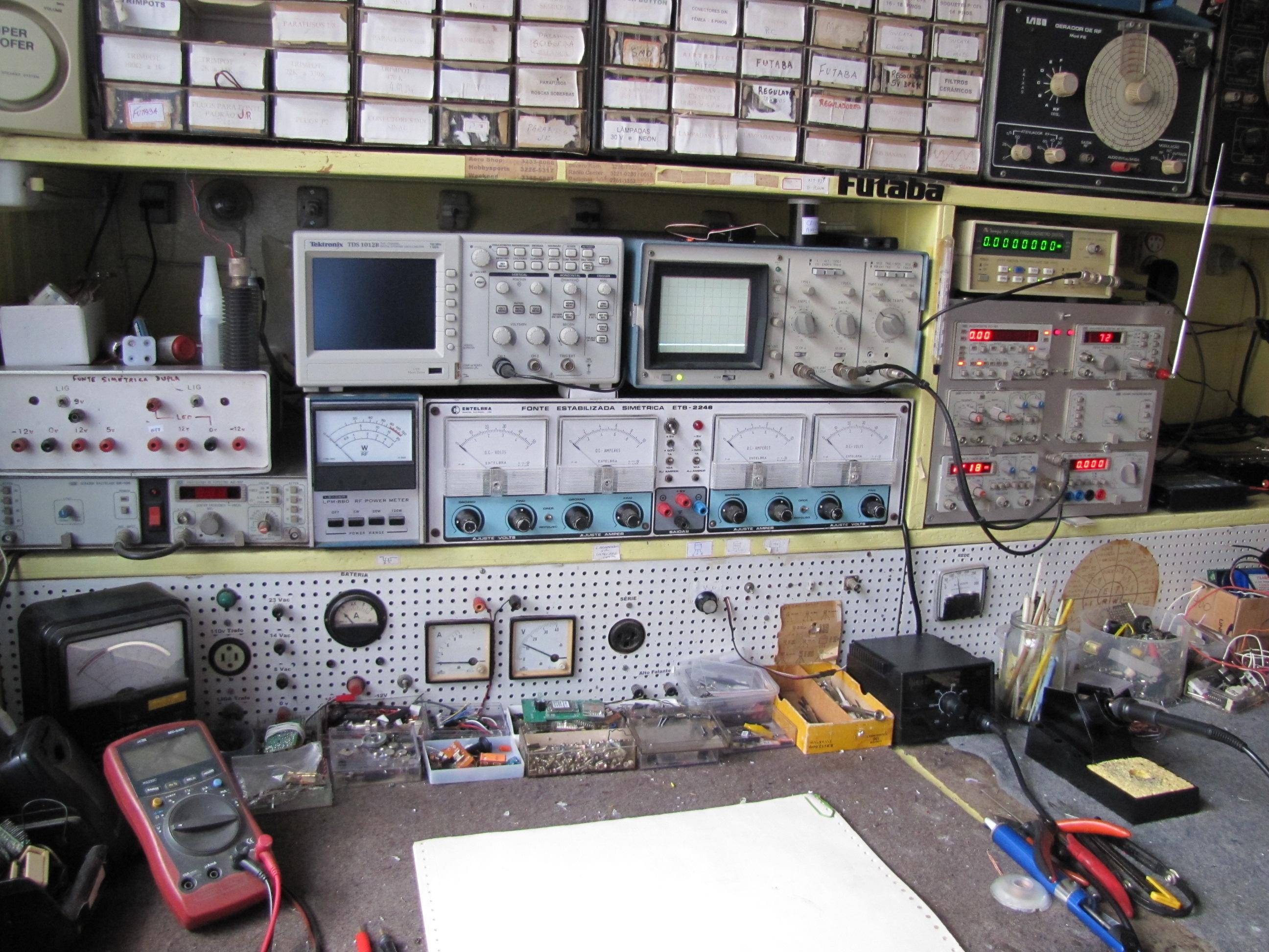 por Alexandre J. Nário : Algumas Bancadas para o Técnico Reparador #847F47 2592x1944